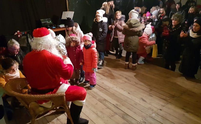 Zdjęcia z zabawy noworocznej z Mikołajem dla dzieci